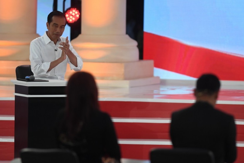 Presidential candidate number 01 Joko Widodo conveys his vision during the second round of presidential debate held at the Sultan Hotel in Jakarta, Sunday evening.