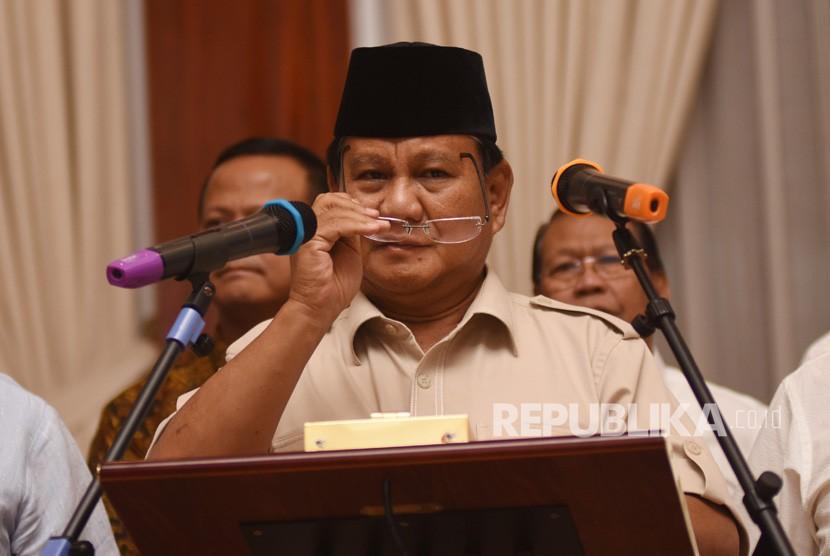 Capres nomor urut 02 Prabowo Subianto bersama tim Badan Pemenangan Nasional (BPN) memberikan keterangan kepada wartawan di kediamannya di Kertanegara, Jakarta, Rabu (8/5/2019).