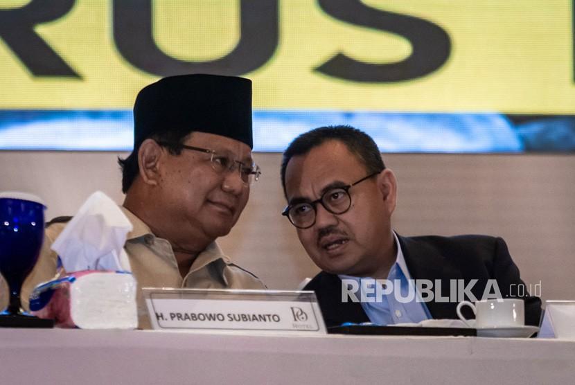 Capres nomor urut 02 Prabowo Subianto (kiri) berbincang dengan Direktur Materi dan Debat Badan Pemenangan Nasional Prabowo-Sandi, Sudirman Said (kanan) saat akan memberikan Pidato Kebangsaan di Semarang, Jawa Tengah, Jumat (15/21019).