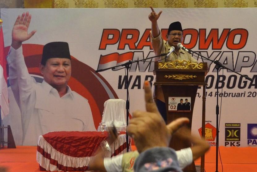 Capres nomor urut 02 Prabowo Subianto menyampaikan sambutan saat kunjungan di Grobogan, Jawa Tengah, Kamis (14/2/2019).