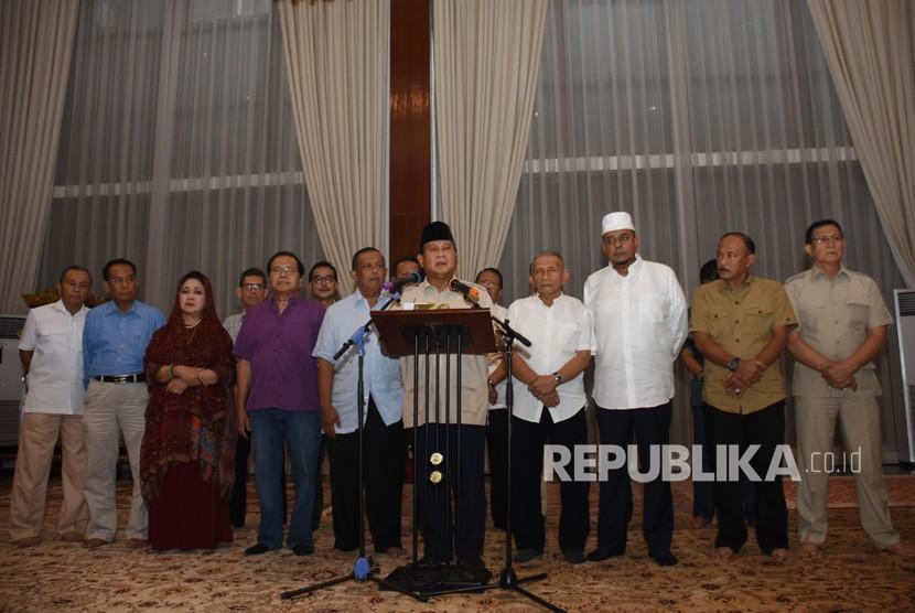 Capres nomor urut 02 Prabowo Subianto (tengah) bersama tim Badan Pemenangan Nasional (BPN) memberikan keterangan kepada wartawan di kediamannya di Kertanegara, Jakarta, Rabu (8/5/2019).