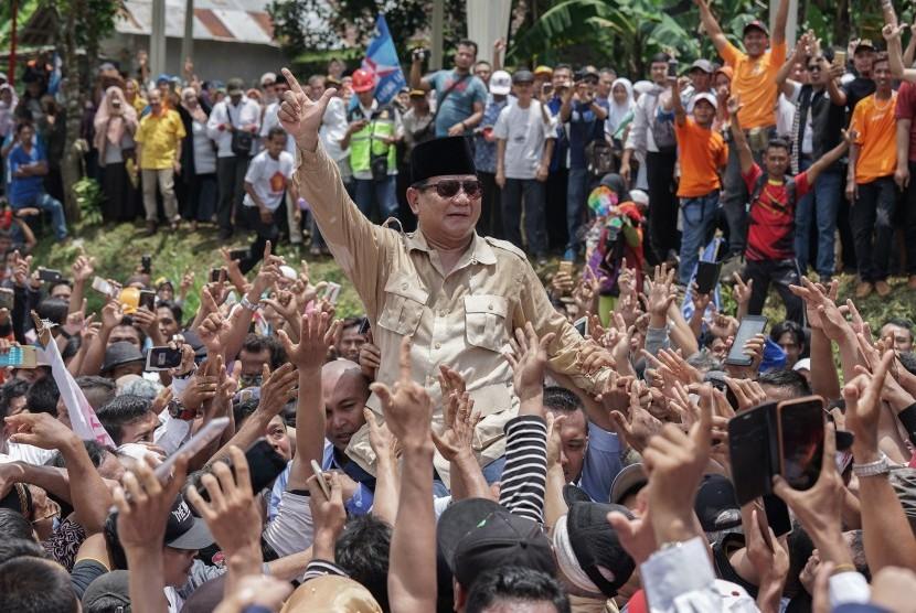Capres nomor urut 02 Prabowo Subianto (tengah), diarak oleh pendukungnya saat berkampanye di Desa Slinga, Kaligondang, Purbalingga, Jateng, Rabu (13/2/2019).