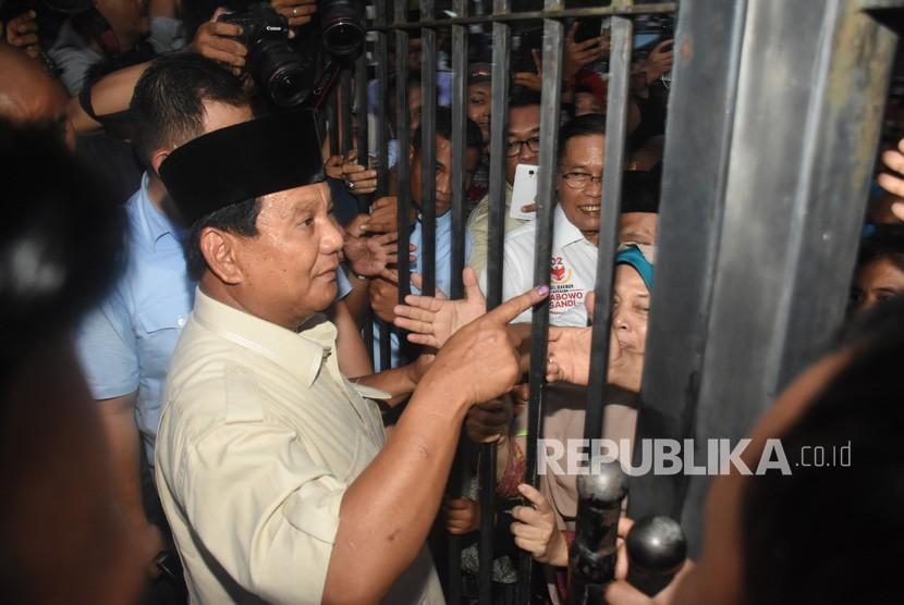 Capres nomor urut 02 Prabowo Subianto (tengah) menemui pendukungnya seusai mendeklarasikan kemenangannya pada Pilpres 2019 di kediaman Kertanegara, Jakarta, Kamis (18/4/2019).
