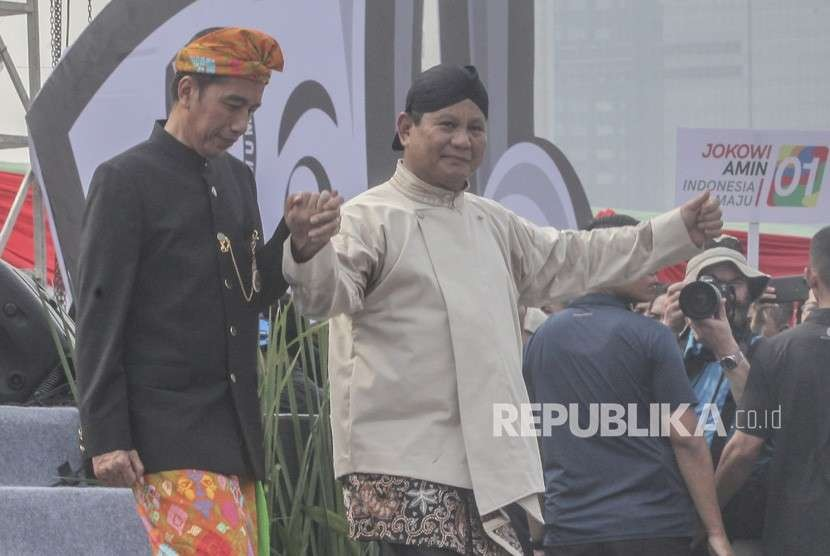 [ilustrasi] Capres nomor urut 01 Joko Widodo dan capres nomor urut 02 Prabowo Subianto berjalan bersama usai Mendeklarasikan Kampanye Damai dan Berintegritas di kawasan Monas, Jakarta, Ahad (23/9).