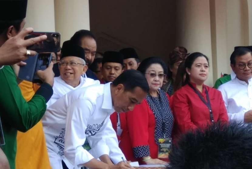 Capres pejawat Jokowi dan Ma'ruf Amien menandatangani dokumen persyaratan capres cawapres untuk diserahkan ke KPU di Gedung Joang 45, Jakarta, Jumat (10/8).