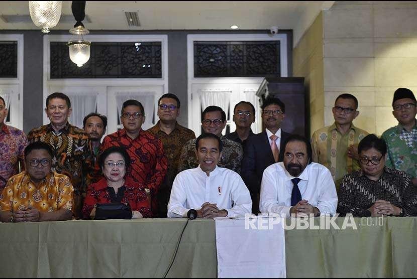 Capres petahana Joko Widodo (tengah) didampingi Ketua Umum Hanura Oesman Sapta (kiri), Ketua Umum PDI Perjuangan Megawati Soekarnoputri (kedua kiri), Ketua Umum Nasdem Surya Paloh (kedua kiri), dan Ketua Umum Golkar Airlangga Hartarto (kanan) mengumumkan calon wakil presiden pendampingnya dalam Pilpres 2019, di Jakarta, Kamis (9/8).