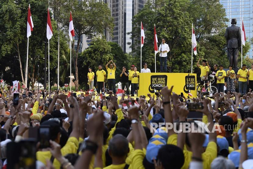 Capres petahana nomor urut 01 Joko Widodo (tengah) menyampaikan sambutan saat Deklarasi Dukungan untuk pasangan calon Presiden dan Wakil Presiden Joko Widodo-Maruf Amin di Kompleks Gelora Bung Karno Senayan, Jakarta, Sabtu (12/1/2019).