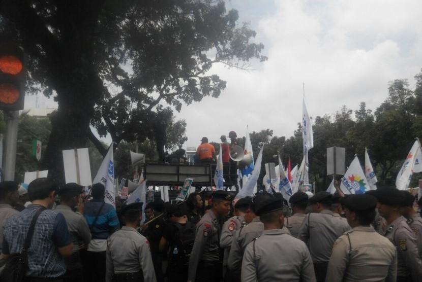 [ilustrasi] Demonstrasi puluhan ribu buruh menuntut kenaikan upah di sekitar Lapangan Monas, Jakarta.