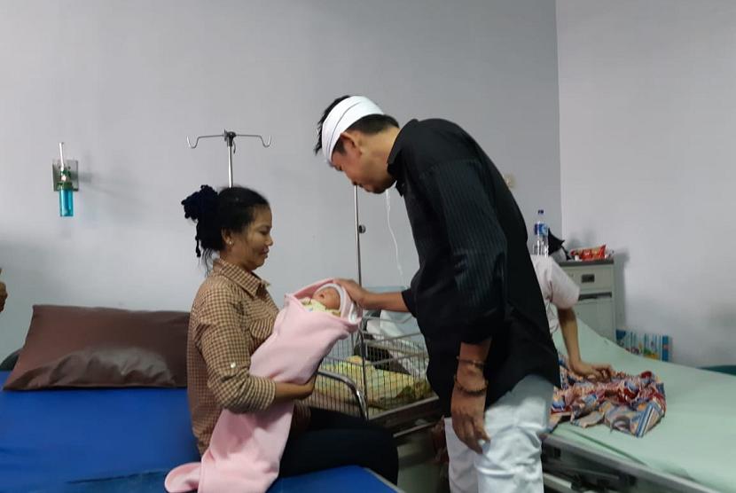 Cawagub Dedi Mulyadi, menengok bayi yang lahir di Rest Area KM 88 Tol Cipularang, Selasa (12/6).