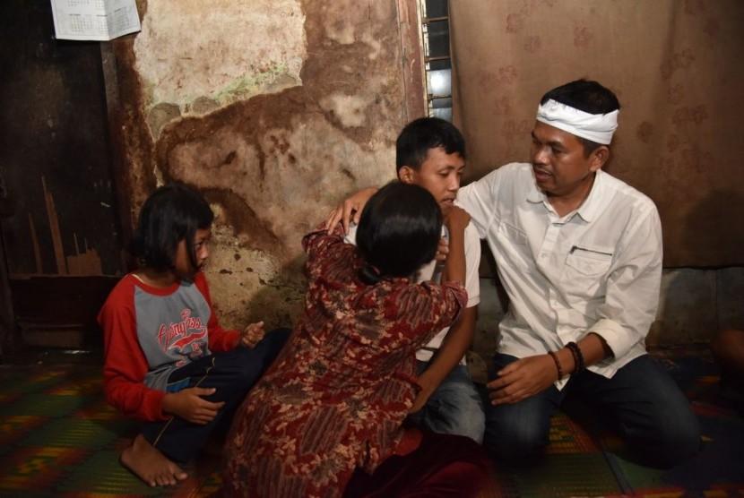 Cawagub Jabar nomor urut 4 Dedi Mulyadi saat menjuampai Tacim (19 tahun), pemuda depresi karena fakto ekononi di Kabupaten Karawang, Jumat (23/2).