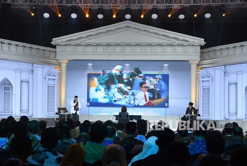 Cawapres nomor urut 01 K.H. Ma'ruf Amin (kiri) dan Cawapres nomor urut 02 Sandiaga Uno (kanan) mengikuti Debat Capres Putaran Ketiga di Hotel Sultan, Jakarta, Ahad (17/3/2019).