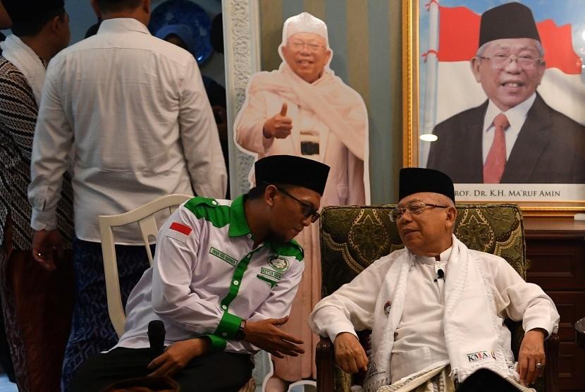 Cawapres nomor urut 01 Ma'ruf Amin (kanan) berbincang dengan Ketua Umum DPP Forum Santri Indonesia (FSI) Iwan Ari Kurnia (kiri) saat silaturahmi di kediamannya, Jakarta, Sabtu (8/12/2018).
