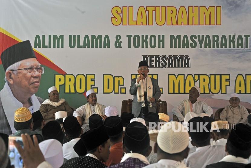 Cawapres nomor urut 01 Ma'ruf Amin (tengah) berpidato saat acara Silaturahim penggalangan dukungan untuk Jokowi-Mar'uf Amin di Tanara, Serang, Banten, Selasa (19/2/2019).