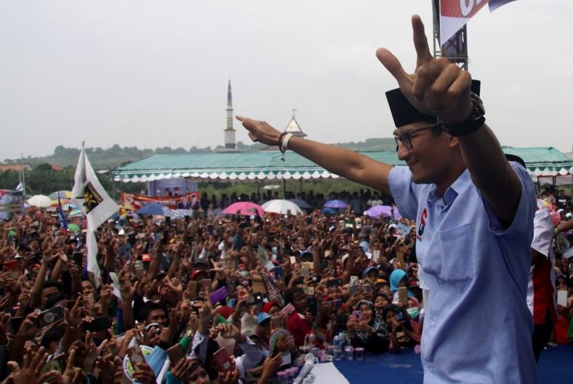 Cawapres nomor urut 02, Sandiaga Salahuddin Uno menyapa simpatisan saat kampanye terbuka di Desa Sedayu Lawas, Kecamatan Brondong, Kabupaten Lamongan, Jawa Timur, Selasa (26/3/2019).