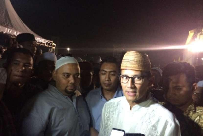 Cawapres Sandiaga Uno menyampaikan pernyataan usai mengikuti Tabligh Akbar Majelis Rasulullah di Monas, Jakarta, Selasa (9/10).