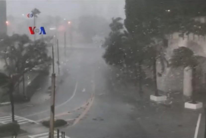 CCTV berhasil merekam detik-detik badai irma yang menghantam Florida, AS