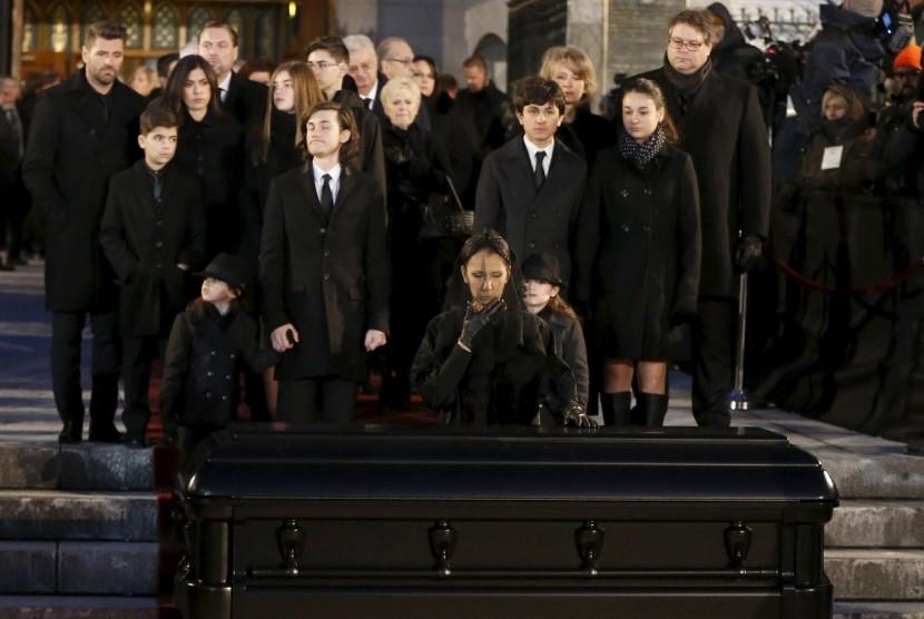 Celine Dion mengecup peti jenazah suaminya Rene Angelil yang disemayamkan di Basilika Notre Dame, Montreal, selama dua hari sejak Sabtu (23/1).
