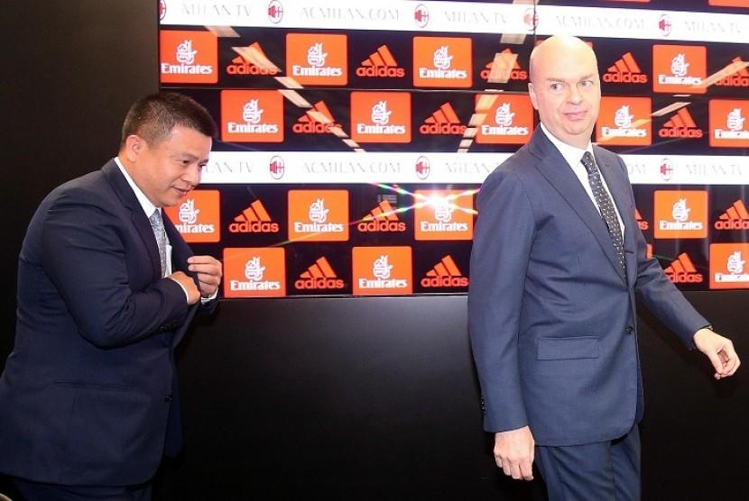 CEO AC Milan Marco Fassone (kanan) bersama pemilik Rossoneri Yonghong Li.