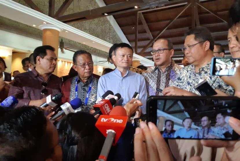 CEO dan Founder Alibaba Group Jack Ma bersama menteri Kabinet Kerja RI di Nusa Dua, Bali, Sabtu (13/10).