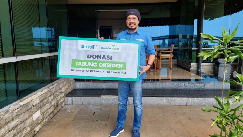 CEO dan Founder BenihBaik.com,  Andy F. Noya, saat merilis kerja sama dengan Blibli untuk menggalang dan mendistribusikan tabung oksigen ke delapan fasilitas kesehatan berupa rumah sakit umum, rumah sakit umum daerah, dan puskesmas yang tersebar di lima provinsi, yaitu DKI Jakarta, DIY, Jawa Barat, Jawa Tengah, dan Jawa Timur.