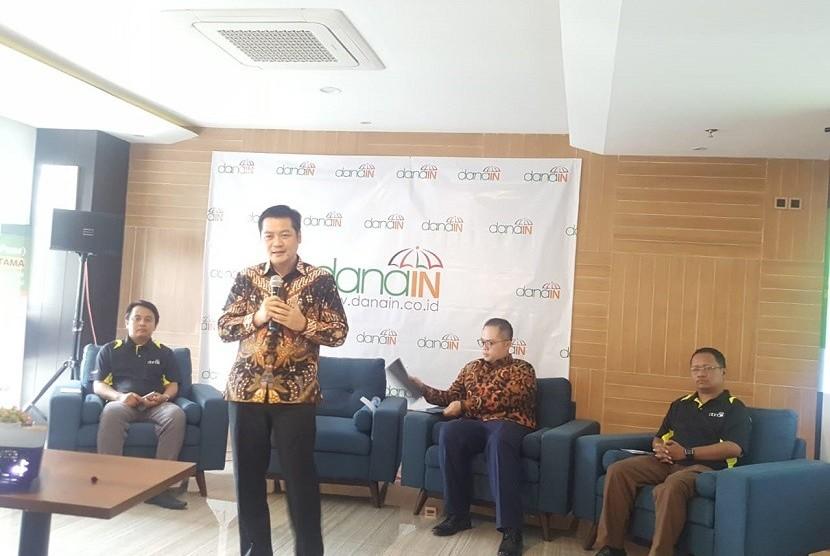 CEO Danain Budiardjo Rustanto (berdiri) menjelaskan kepada wartawan mengenai platform fintech peer to peer lending danain.co.id di Jakarta, Selasa (3/7).