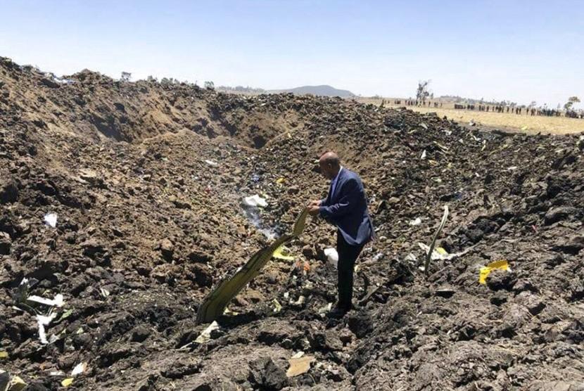 CEO Ethiopian Airlines, Tewolde Gebremariam, melihat puing-puing dari pesawat yang meledak tak lama setelah lepas landas dari Addis Ababa, Etiopia, Ahad (10/3).