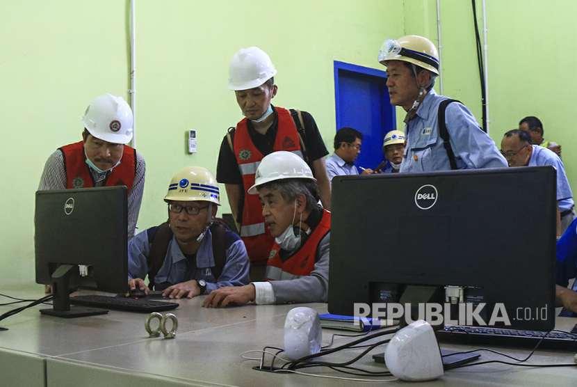 CEO Global Environmental Center (GEC) Foundation  Kunihiro Suga (kanan duduk)  menyimak penjelasan pembangunan pembangkit listrik tenaga gas buang di lingkungan pabrik PT Semen Gresik, di Kabupaten Tuban, Jawa Timur, Selasa (27/2).