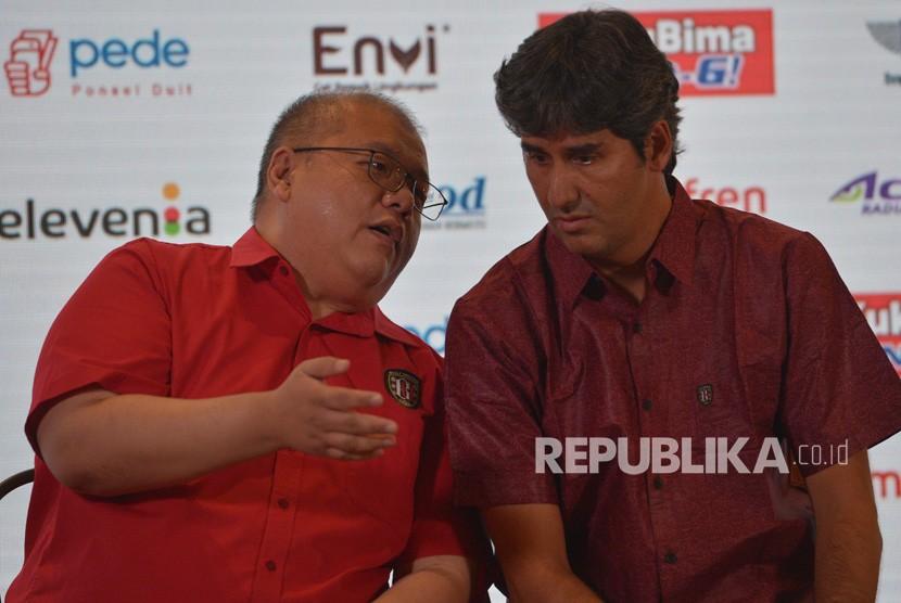 CEO Klub Bali United, Yabes Tanuri (kiri) berbincang dengan Pelatih Bali United yang baru Stefano Cugurra. ilustrasi