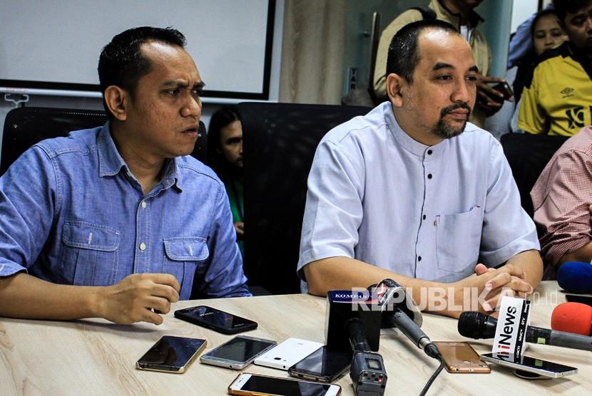 CEO PT LIB Risha Adi Wijaya (kanan) dan COO PT LIB Tigorshalom Boboy (kiri) memberikan keterangan kepada wartawan terkait kasus pemanggilan CEO PT LIB oleh Satgas Anti-Mafia Bola di kantor LIB, Jakarta, Jumat (4/1/2019).