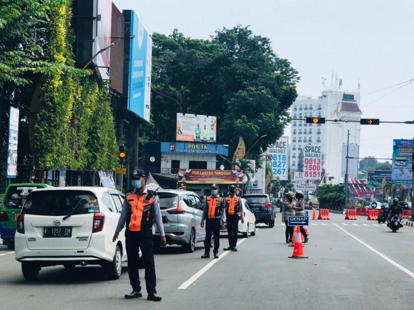 Check point ganjil-genap Kota Bogor di Terminal Baranangsiang, Ahad (25/7).
