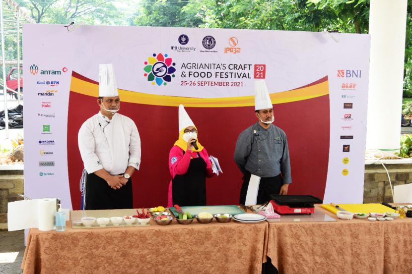 Chef Febi Krisnandi (Head Chef IPB International Convention Center & IPB Hotel)  dan Chef Maulana M Ivan (Executive Chef Ibis Styles Bogor Pajajaran) tampil di Agrianita's Craft and Food Festival (ACFF), Sabtu (25/9).