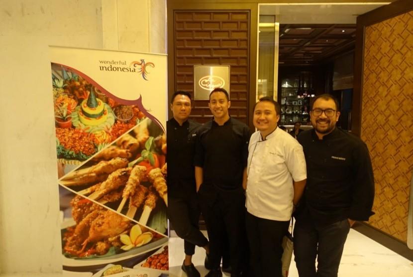 Chef Gupta Sitorus, Yuda Bustara, Kevindra Soemantri, dan Primo Rizky berfoto di depan restoran Le Cirque, New Delhi, India, Ahad (11/8). Empat chef asal Indonesia berkesempatan menyajikan makanan khas Indonesia di restoran bintang lima tersebut.