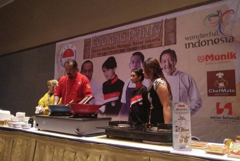 Chef Henry Bloem dalam demo masak di acara Cooking Party ICA, Jumat (19/5).