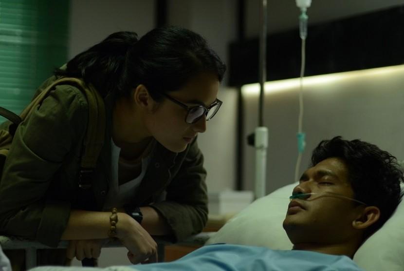 Chelsea Islan dan Iko Uwais dalam satu adegan di film Headshot