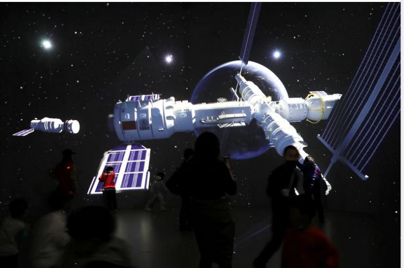 China meluncurkan modul inti stasiun ruang angkasa sepanjang 18 meter yang dinamai Tianhe.