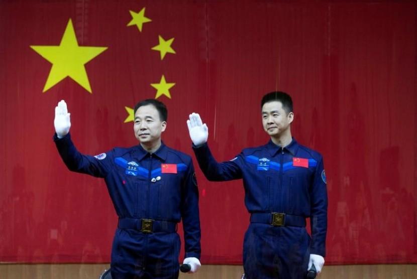 Dua astronot cina Jing Haipeng dan Chen Dong. China Daily/via REUTERS