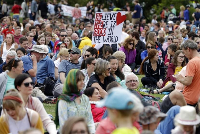 CHRISTCHURCH. Orang-orang berkumpul di Haley Park untuk melaksanakan March for Love sebagai penghormatan pada korban terorisme di Christchurch, Selandia Baru, Sabtu (23/3) waktu setempat.