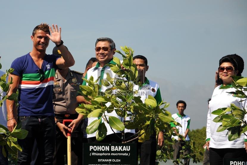 Christiano Ronaldo bersama Presiden Susilo Bambang Yudhoyono dan Ibu Ani Yudhoyono sesaat sebelum menanam bibit Mangrove di Taman Hutan Raya Telagawaja, Bali, Rabu (26/6).