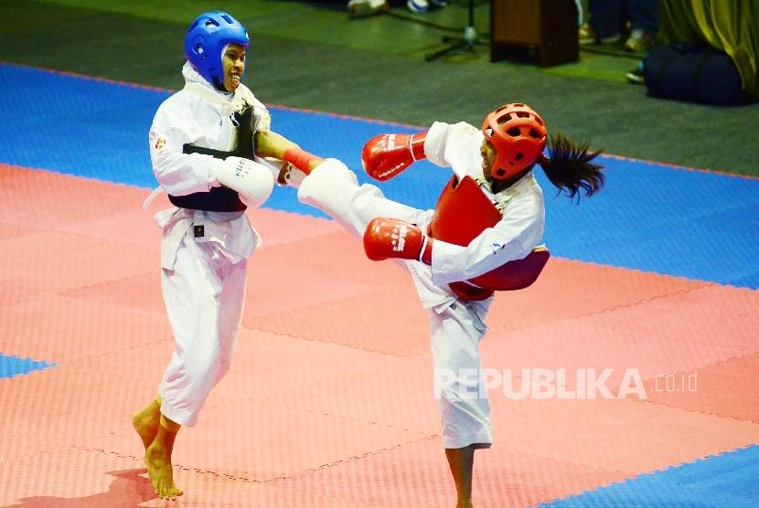 Christin Prima Mer asal NTT (kanan) melakukan serangan pada Siti Zubmawaty asal Sulteng pada final nomor Randori putri 55 kg cabor Kempo PON XIX di Gedung Sabuga, Kota Bandung, Rabu (28/9).