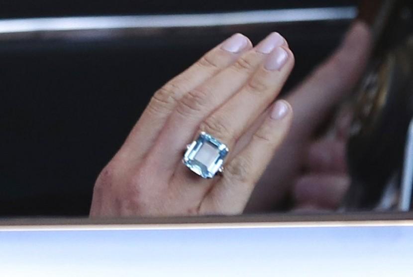 Cincin Aquamarine milik Putri Diana yang dikenakan Meghan Markle saat resepsinya.