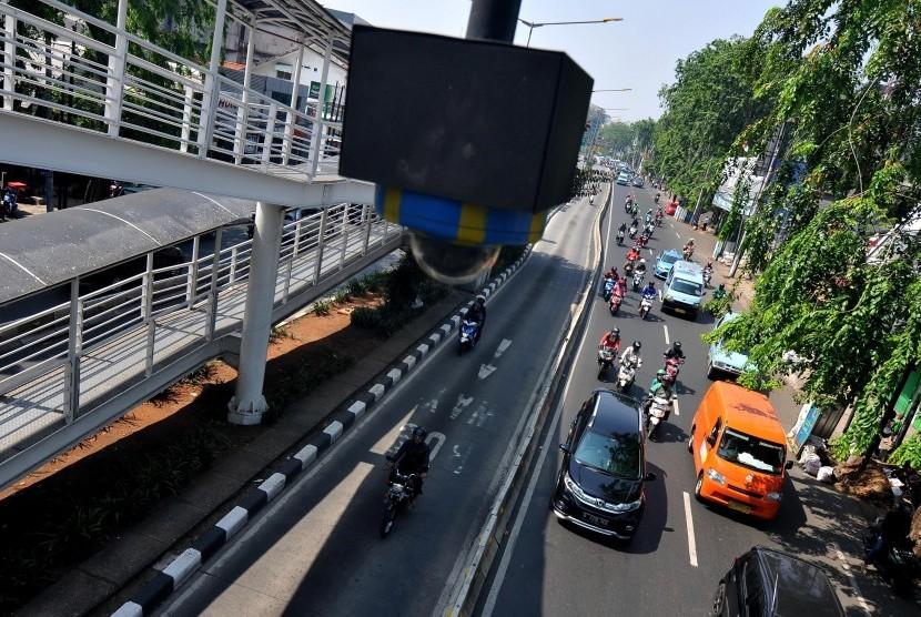 Closed Circuit Television (CCTV) terpasang di Jembatan Penyeberangan Orang (JPO) di Jalan Otista Raya, Jatinegara, Jakarta Timur.