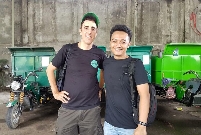 Co-founder & Chief Technology Officer (CTO) Gringgo Febriadi Pratama dan Co-founder Gringgo Olivier Pouillon di tempat pengelolaan sampah 'Depo Cemara', Sanur, Bali.