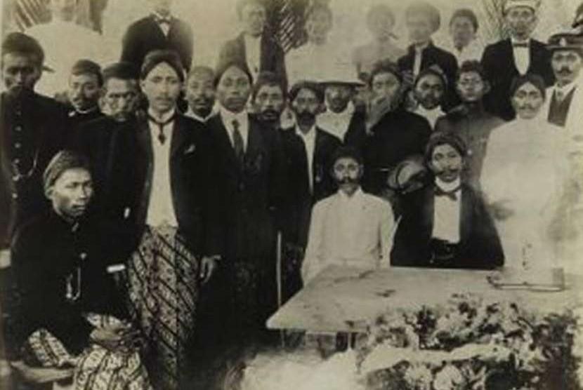Cokro Aminoto dalam sebuah pertemuan Sarekat Islam