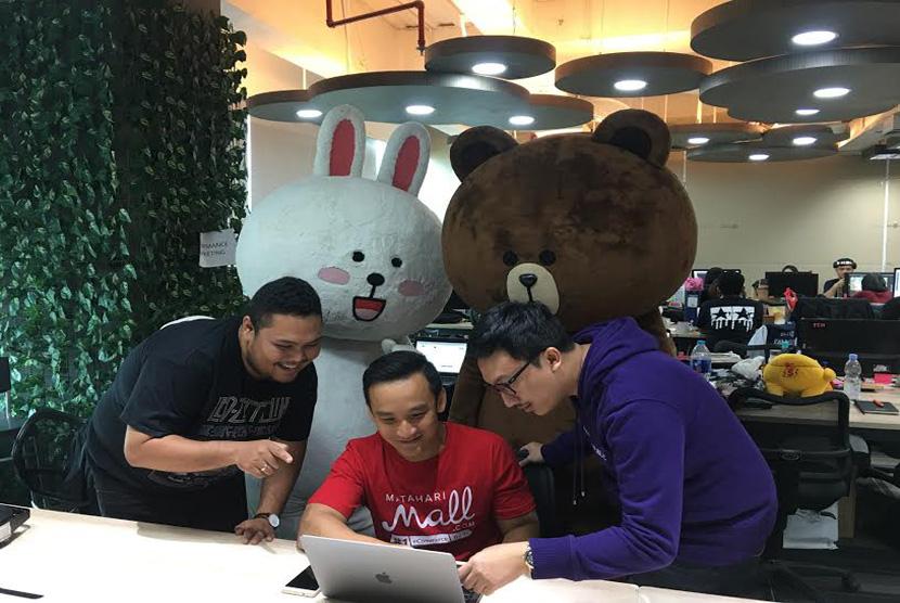 COO MatahariMall.com Rinaldo Agusta (tengah) bersama dengan tim MatahariMall.com melakukan persiapan program bagi-bagi angpao untuk pelanggan MatahariMall.com di salah satu titik eLocker di Jakarta, hari ini (27/1).