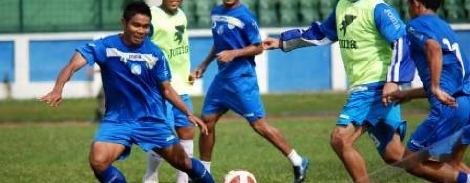 Cristian Gonzalez, striker Persib Bandung, saat latihan bersama rekan setimnya.