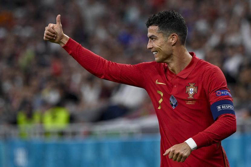 Cristiano Ronaldo dari Portugal melakukan selebrasi usai mencetak gol pada pertandingan Portugal vs. Prancis pada putaran ketiga Grup F Piala Eropa 2020 di Puskas Ferenc Arena di Budapest, Hongaria, 23 Juni 2021.