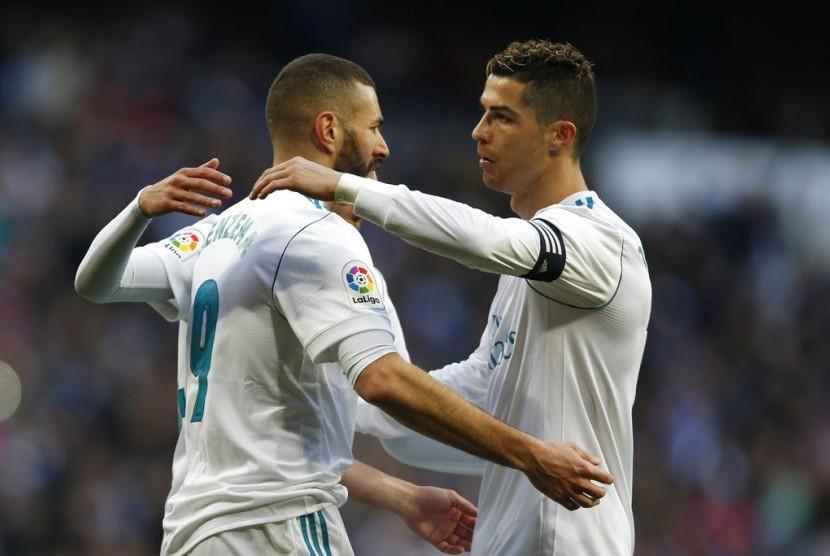 Cristiano Ronaldo (kanan) memeluk Karim Benzema.