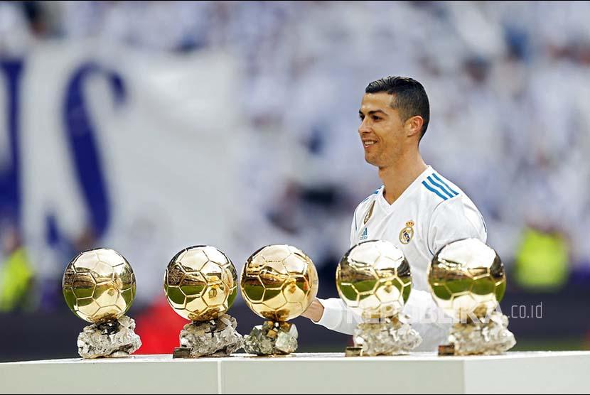 Cristiano Ronaldo berfoto dengan 5 bola emas Ballon D'Or miliknya di Stadion Santiago Bernabeu, Madrid, Sabtu (9/12) waktu setempat