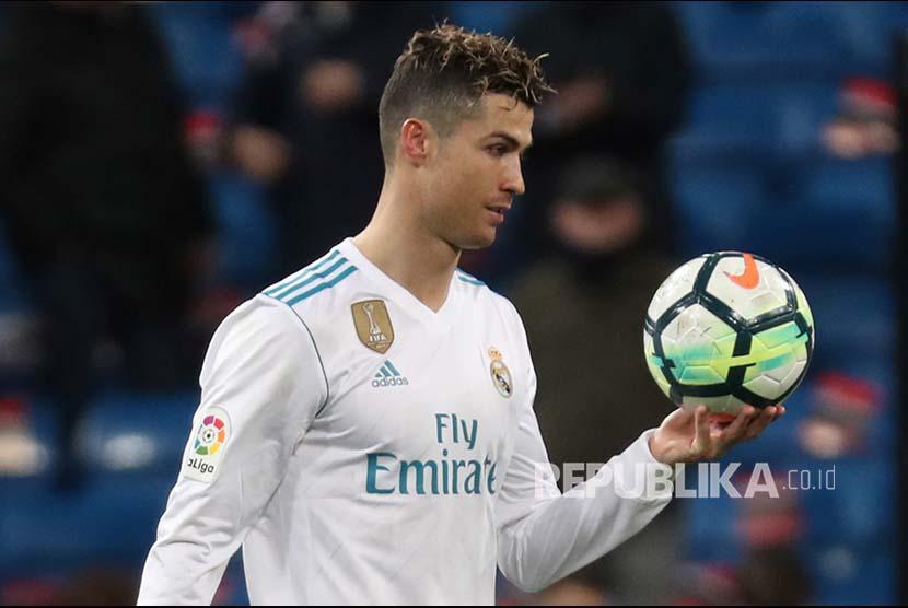 Cristiano Ronaldo membawa matchball usai mencetak 4 gol pada pertandingan La Liga menjamu tim Girona di Santiago Bernabeu.