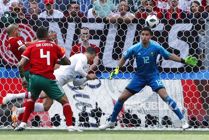 Cristiano Ronaldo menyundul bola untuk mencetak gol pembuka pada  pertandingan grup B Piala Dunia 2018 antara Portugal dan Maroko  di Stadion Luzhniki di Moskow, Rusia, Rabu (20/6).
